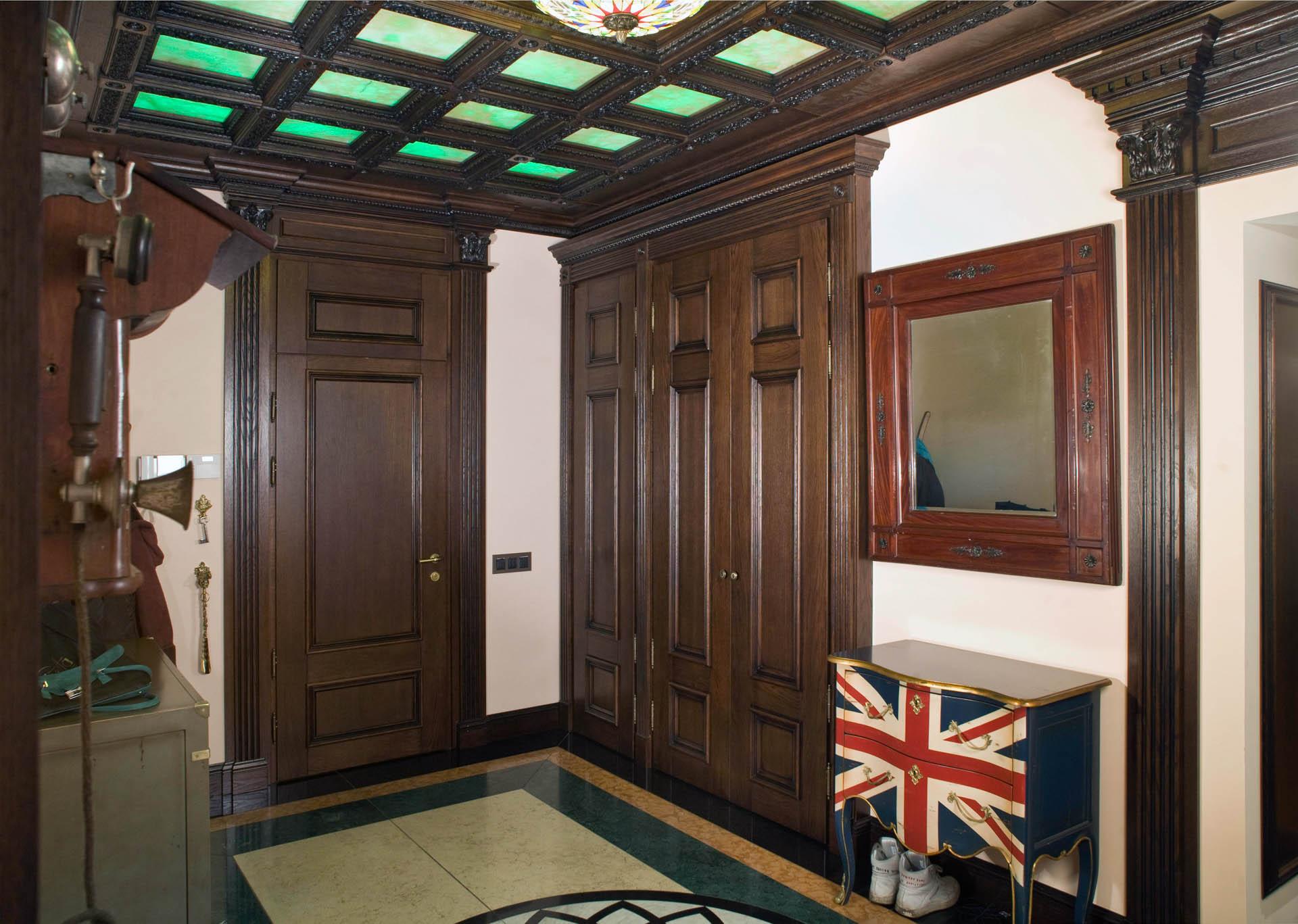 Уличная деревянная дверь для дачи: преимущества изделий из